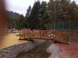 """Обновеният градски парк """"Острова"""" с изградени места за наблюдение и риболов на река Девинска"""